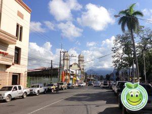 Avenida San Isidro, La Ceiba Honduras al fondo La Catedral San Isidro.