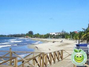 Vista de la playa municipal desde el muelle de Tela Honduras