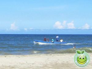 Pescadores navegando en Tela Honduras