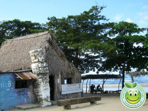 Bar junto a la playa en Sambo Creek, Honduras